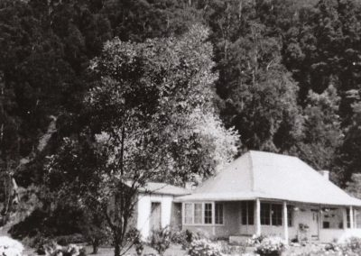 Original Thomas farmhouse at Clover Hill c.1950 Donated by Julie Hastie.