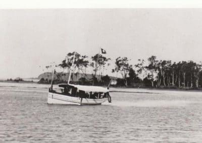 Tourist launch at Oak Flats c.1920
